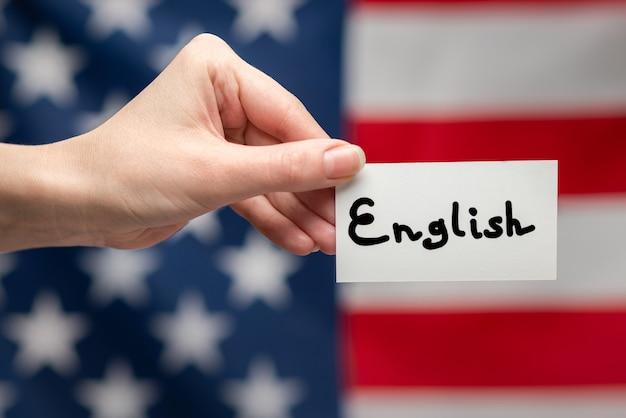 Testo inglese su una carta. superficie della bandiera americana.