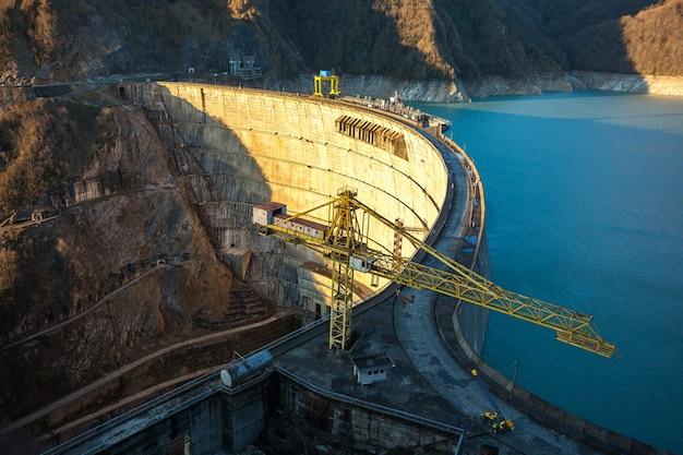 La centrale idroelettrica di enguri hes. il bacino idrico di jvari vicino alla diga di inguri