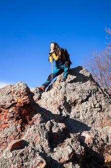Godersi il sole sulle montagne rocciose