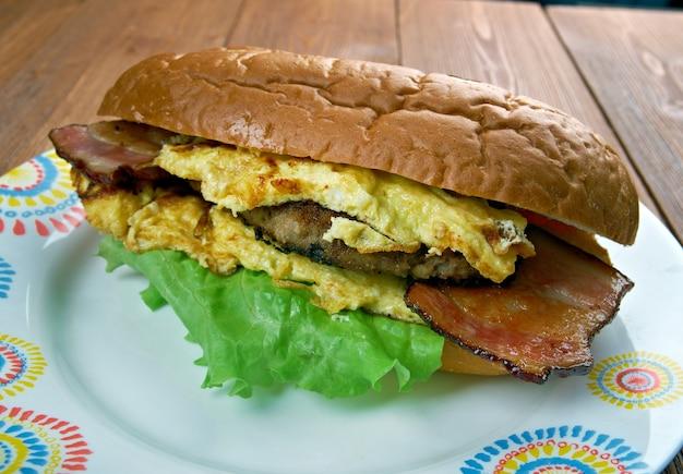 Enorme omelet sandwich - colazione americansandwich fast-food restaurant