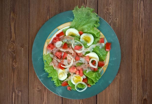Ensalada de bacalao - insalata di baccalà.insalata catalana tradizionale Foto Premium