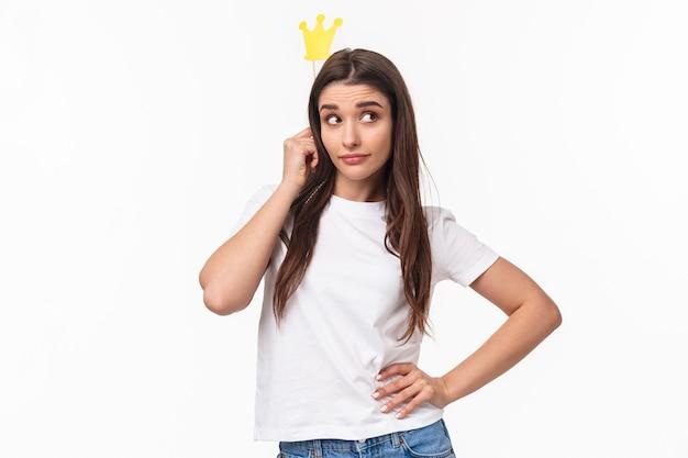 Concetto di intrattenimento, divertimento e vacanze. ritratto di bella ragazza sfacciata e di classe in maglietta