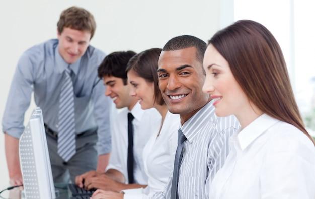 Business team entusiasta lavorando al computer