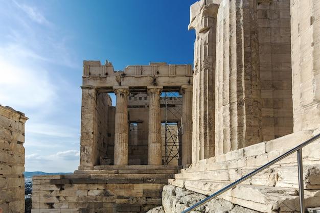 L'ingresso all'acropoli (propilea) con colonne, atene, grecia