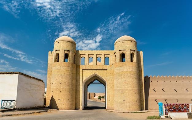 Cancello d'ingresso nelle antiche mura della città di ichan kala. khiva, un sito del patrimonio mondiale dell'unesco in uzbekistan