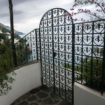 Cancello d'ingresso al lungomare, positano, costiera amalfitana, salerno, campania, italia