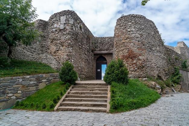 Ingresso nella chiesa ortodossa medievale zedazeni vicino a mtskheta, viaggio in georgia