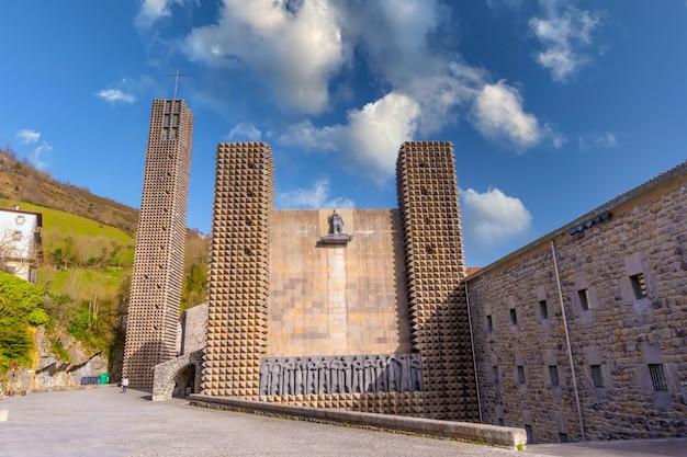 Ingresso del prezioso santuario di aranzazu nella città di oã ± ati, gipuzkoa. paesi baschi