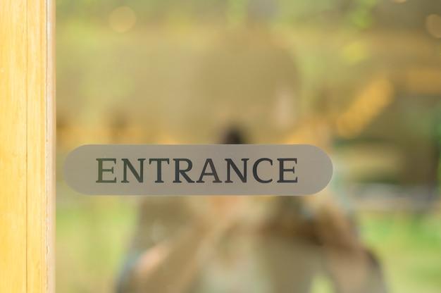 Segno di ingresso, riapertura e concetto di sfondo.