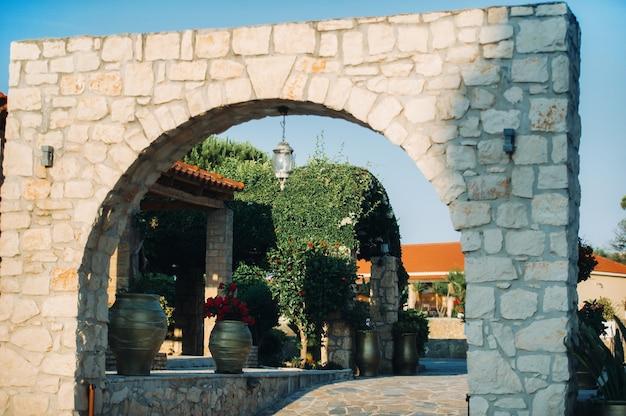L'ingresso all'arco in pietra sul territorio del giardino sull'isola di zante.grecia
