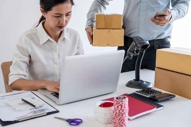 Servizio di consegna del proprietario dell'imprenditore, titolare del business che controlla l'ordine per confermare prima dell'invio