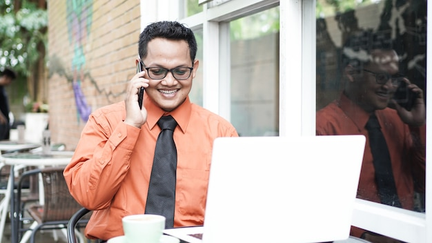 Imprenditori che lavorano al computer con il telefono