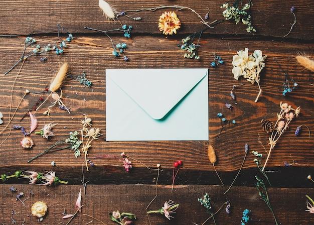 Busta accanto a erbe secche sul tavolo di legno
