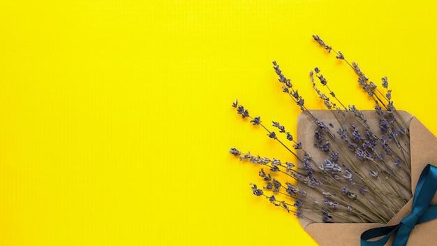 Busta con erba su sfondo giallo