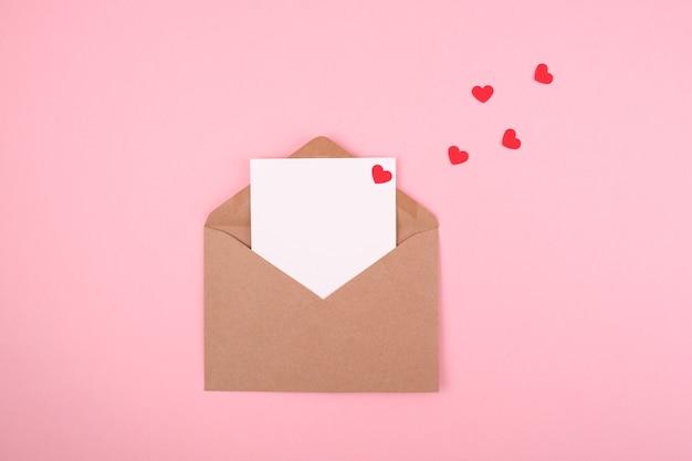 Busta con una lettera d'amore su uno sfondo rosa. concetto di san valentino. copia spazio.