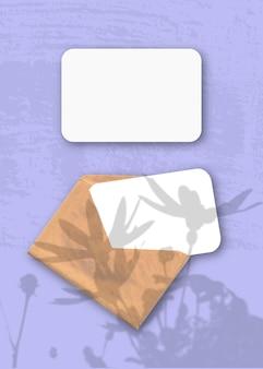 Una busta con due fogli di carta bianca ruvida