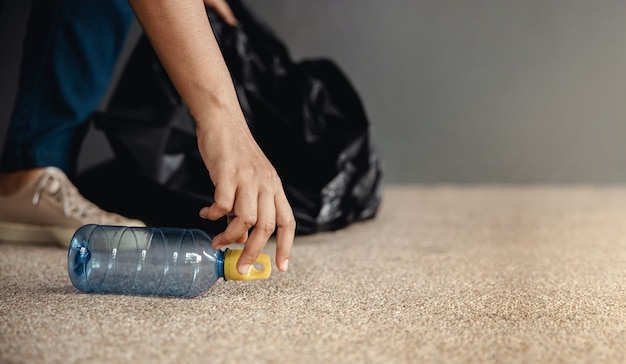 Ambiente ecologia cura concetto rinnovabile volontario che raccoglie rifiuti di bottiglie di plastica