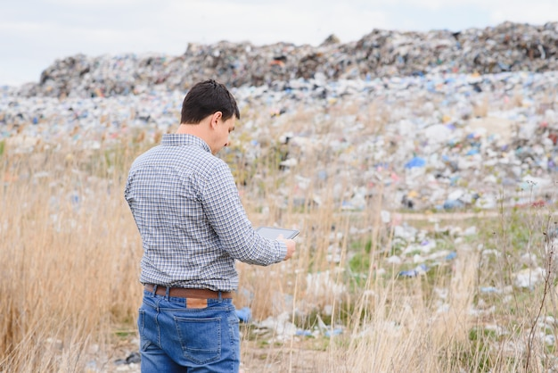 Attivista ambientale vicino alla discarica