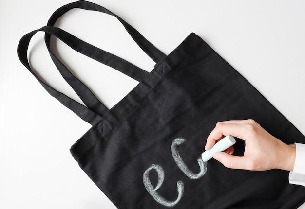 Consapevolezza ambientale utilizzo di un sacchetto in tessuto al posto dei sacchetti di plastica