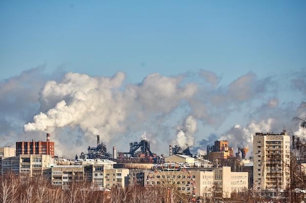 Disastro ambientale. ambiente povero in città. emissioni nocive nell'ambiente. fumo e smog. inquinamento dell'atmosfera da parte della fabbrica. gas di scarico