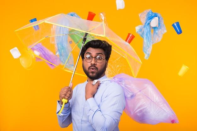 Inquinamento ambientale, problema di riciclaggio della plastica e concetto di smaltimento dei rifiuti - uomo indiano sorpreso