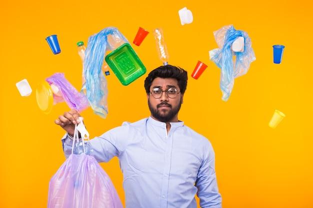 Inquinamento ambientale, problema di riciclaggio della plastica e concetto di smaltimento dei rifiuti - uomo indiano sconvolto