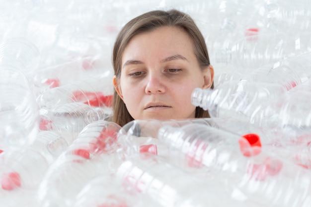 Protezione ambientale, persone e concetto di plastica riciclabile - donna esausta interessata