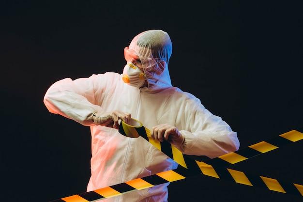 Epidemiologo su indumenti protettivi in area riservata