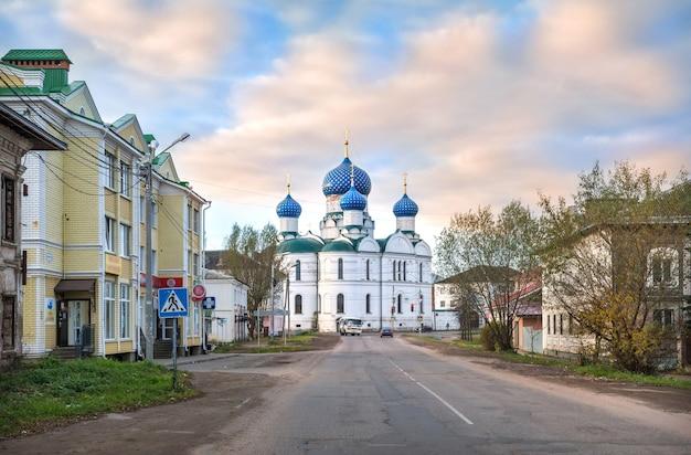 Epifania cattedrale del monastero con cupole blu a uglich