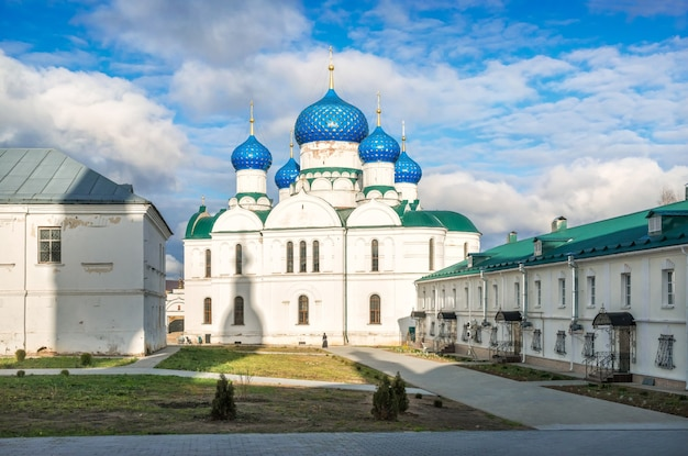 Cattedrale dell'epifania con cupole blu nel monastero dell'epifania a uglich sotto i raggi del sole autunnale