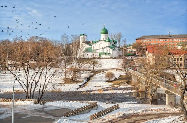 Chiesa dell'epifania sulla riva del fiume pskova