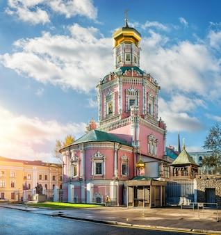 La chiesa dell'epifania a mosca in bogoyavlensky lane nel primo mattino d'autunno