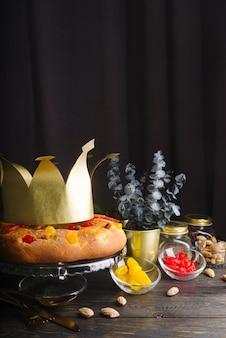 Dessert del giorno dell'epifania decorato con corona di carta