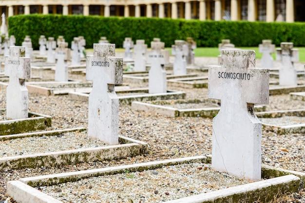 Uguali tombe anonime dedicate, in italiano, al milite ignoto nel cimitero di verona.