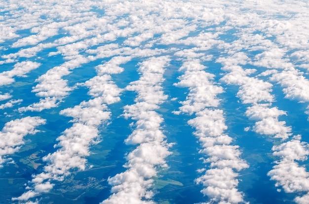 Uguali file di nuvole dall'altezza dell'atmosfera.