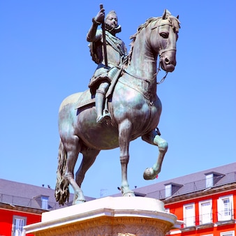 Statua equestre del re filippo iii (creata nel 1616 da jean boulogne e pietro tacca) su plaza mayor a madrid, spagna