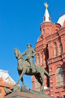 Statua equestre del maresciallo zhukov davanti al museo storico statale di mosca, russia