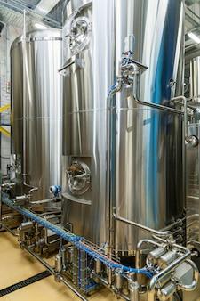 Attrezzature per la produzione di birra, birrificio privato, botti di acciaio di grandi dimensioni contemporanee in cantina, industria alimentare