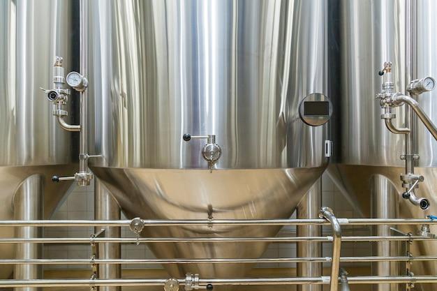 Attrezzature per la produzione di birra birrificio privato botti d'acciaio di grandi dimensioni contemporanee in cantina