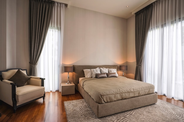 Attrezzatura per un'esperienza confortevole e riposante in camera da letto moderna.