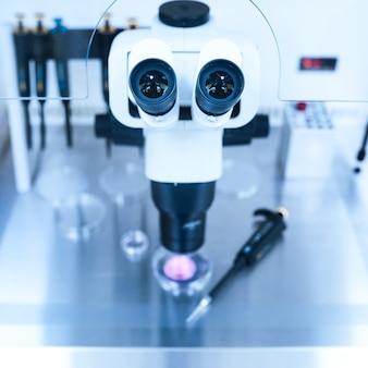 Attrezzatura su laboratorio di fecondazione, fecondazione in vitro. microscopio della clinica di medicina riproduttiva fecondare l'uovo al di fuori del corpo femminile