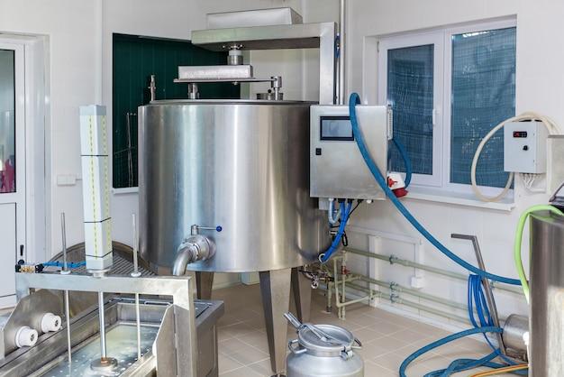 Attrezzature e processo per la produzione di formaggio in un'azienda ecologica