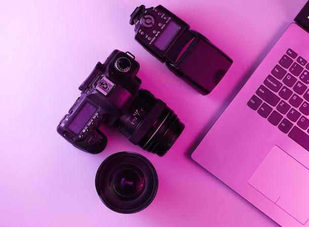 Fotografo professionista dell'attrezzatura. laptop, fotocamera, obiettivi e flash
