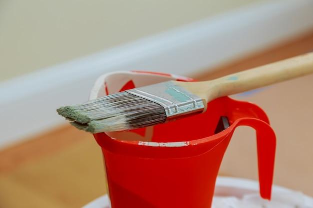 Attrezzatura impostata su strumenti per dipingere su muri pennello