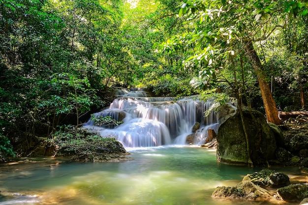 Erawan waterfall floor 1 nel parco nazionale, thailandia