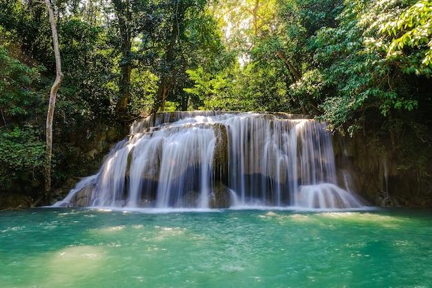 Erawan waterfall floor 2 nel parco nazionale, thailandia