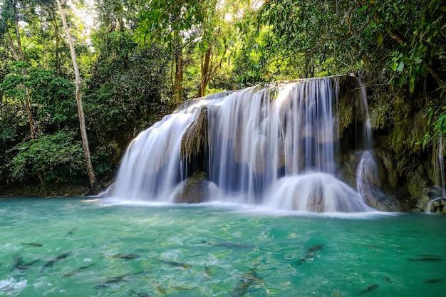 Erawan waterfall floor 2 nel parco nazionale, thailandia Foto Premium