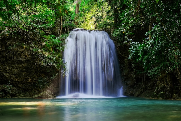 Erawan waterfall floor 3 nel parco nazionale, thailandia