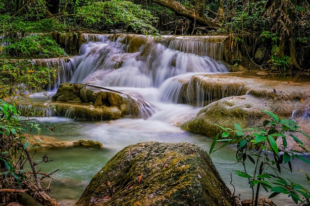 Erawan waterfall floor 5 nel parco nazionale, thailandia