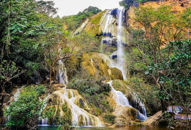 Erawan waterfall floor 7 nel parco nazionale, thailandia